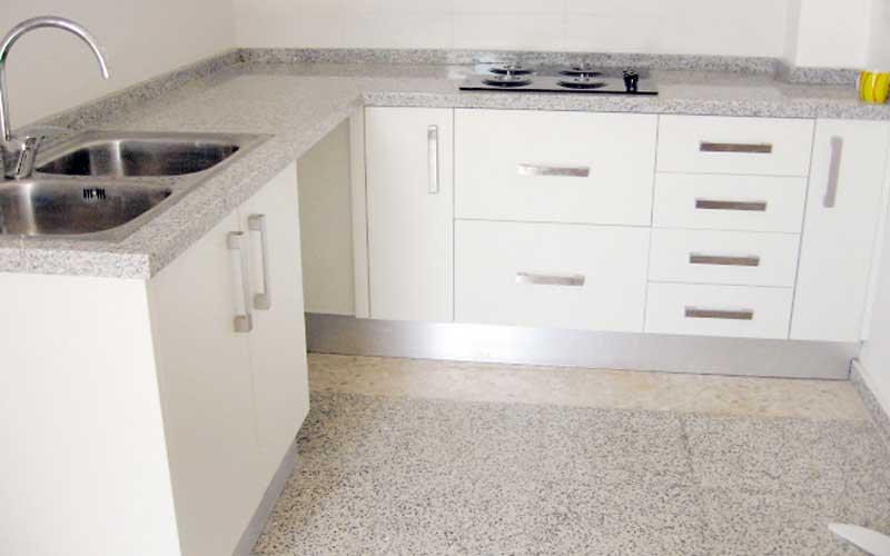 Muebles de cocina de madera carpinter a ebanisteria - Cocinas blancas y gris ...