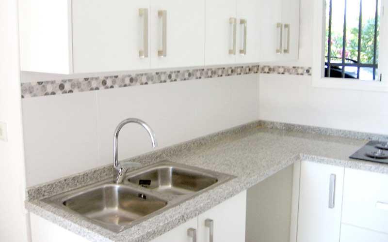 Encimeras de granito para cocinas blancas marmoles for Cocinas blancas con granito