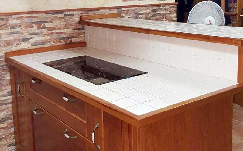 encimera de azulejos en cocina moderna y rstica